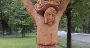 Rzeźba z drewna przed Domem Kultury w Burzynie